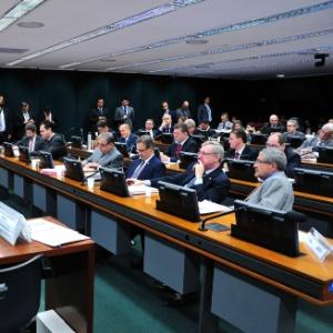 """Deputados do PT (Partido dos Trabalhadores) lotam sessão da CPI da Petrobras após bronca do ex-presidente Luiz Inácio Lula da Silva. Os petistas vieram dispostos a obstruir a sessão e começaram os trabalhos pedindo, por volta das 10 horas, a leitura da ata da última reunião - ato que geralmente é dispensado para agilizar os trabalhos. Lula declarou durante o 5º Congresso nacional do partido, em Salvador, que os petistas estavam sendo """"emparedados"""" na comissão"""