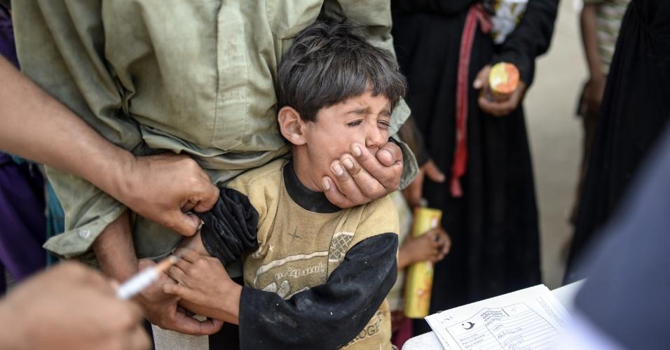 16.jun.2015 - Garoto sírio recebe vacina antes de entrar na Turquia pelo portão de Akçakale, na província de Sanliurfa, na Turquia, nesta terça-feira (16). A Turquia afirmou que tem tomado medidas para limitar o fluxo de refugiados sírios dentro dos seus territórios após o crescimento no número de pessoas que buscam asilo ocorrido nos últimos, pela intensificação do conflito entre curdos e jihadistas