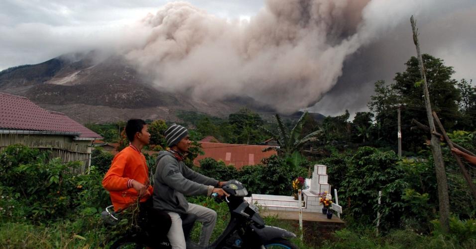 16.jun.2015 - Moradores do distrito de Karo Regency observam à distância a erupção do vulcão Monte Sinabung, na província Sumatra Norte, Indonésia. Mais de 1.200 moradores de vilas foram retirados da área na ilha de Sumatra, segundo um comunicado oficial