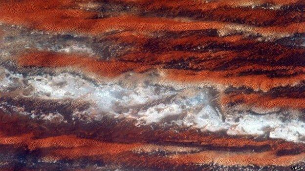 """16.jun.2015 - Outra cor retratada pelo astronauta americano Scott Kelly, que se propôs a encontrar 'lugar mais azul do planeta', é o vermelho forte da terra, como o que predomina na África, continente """"bonito e diverso"""", como descreveu ele"""