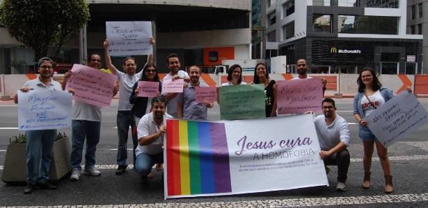 7.jun.2015 - Grupo de evangélicos lança a campanha #jesuscuraahomofobia na Parada Gay de São Paulo