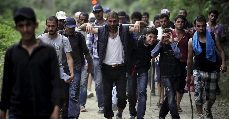 17.jun.2015 - Imigrantes da Síria caminham na Macedônia, próximo à fronteira com a Grécia, nesta quarta-feira (17). A Hungria anunciou que irá construir uma cerca com quatro metros de altura com a Sérvia para conter o fluxo de imigrantes ilegais. Milhares de imigrantes entram para Europa através dos balcãs, a partir do Oriente Médio e África