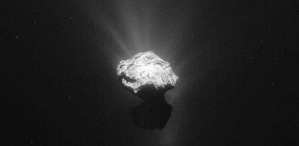 O cometa 67P/Churyumov-Gerasimenko teve imagem registrada pela sonda Rosetta em 13 de junho de 2015. A imagem foi feita a uma distância de 203 km e foi tratada para realçar os detalhes do cometa, mostrando o brilho global em torno de seu núcleo