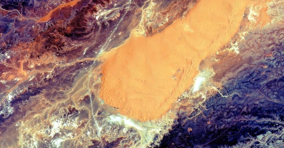 10.jun.2015 - Imagem registrada pelo satélite Sentinel-2A da Argélia, que tem 90% do seu território preenchido pelo deserto do Saara. O satélia foi lançado no dia 23 de junho da Guiana francesa e será responsável por enviar dados sobre qualidade da água, mudanças dos corpos d´água, algo importante para áreas áridas
