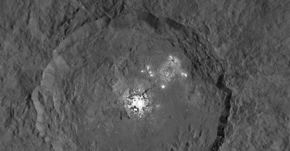 9.set.2015 - BRILHO INCOMUM - Esta imagem composta por duas fotografias feitas pela sonda Dawn da cratera Occator no planeta-anão Ceres mostra um brilho intenso e ainda misterioso. A partir das imagens da superfície do planeta para análise da composição dos minerais presentes nela, os cientistas que integram a missão esperam responder o motivo do brilho intenso