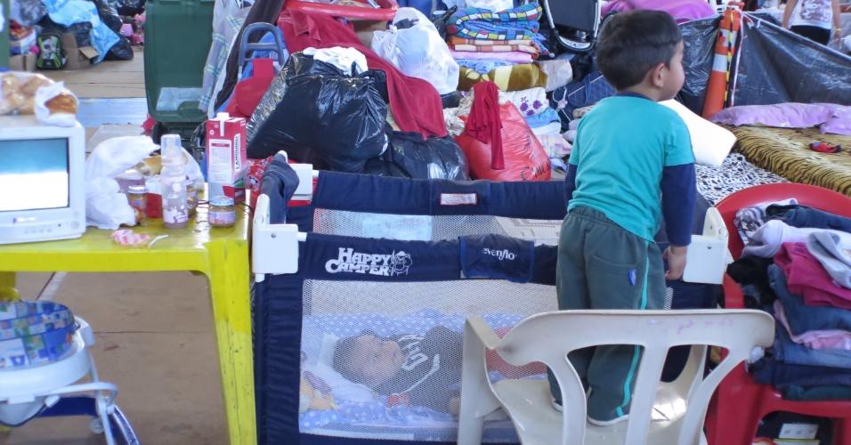 19.out.2015 - Mais de 250 desabrigados acampam no ginásio municipal Tesourinha, em Porto Alegre (RS), depois que a cidade foi atingida por fortes chuvas que causaram danos e deixaram milhares de desalojados. Alimentos, produtos de higiene e de limpeza estão sendo recebidos no local