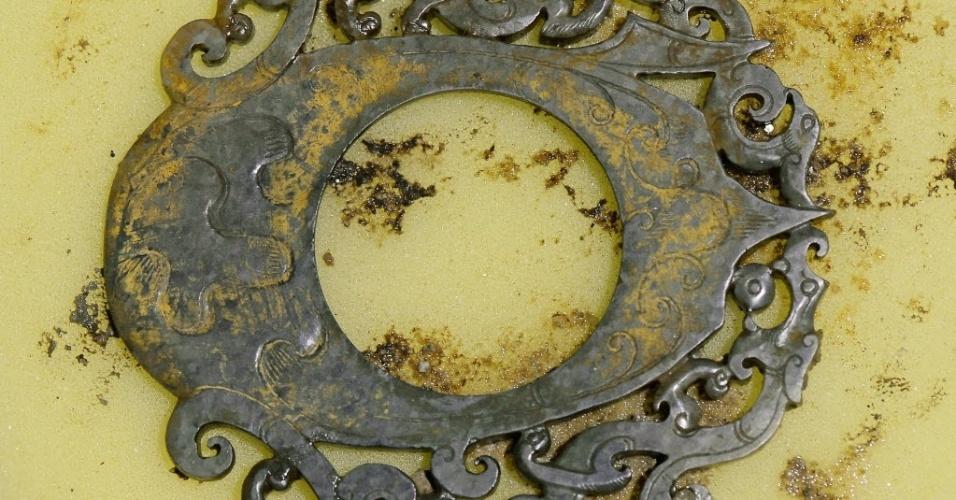 7.dez.2015 - Um pingente de jade que data da dinastia Han, da antiga China (206 a.C a 24 d.C) foi desenterrado do túmulo do Marquês de Haihun, em Nanchang, capital da província de Jiangxi, no leste da China