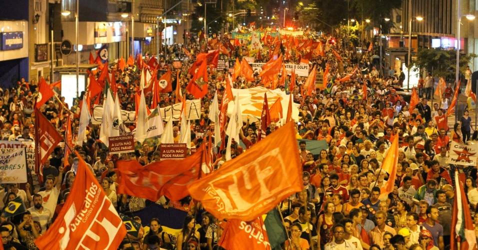 18.mar.2016 - Em Curitiba (PR), manifestantes participam de protesto pró-governo da presidente Dilma Rousseff e em defesa do ex-presidente Luiz Inácio Lula da Silva e da democracia