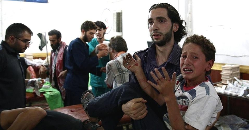 16.ago.2015 - Menino ferido chega para receber tratamento em um hospital improvisado na área controlada pelos rebeldes de Douma, a leste da capital Damasco, na Síria, após ataques aéreos por parte das forças do governo contra um mercado. Pelo menos 70 pessoas foram mortas e 200 ficaram feridas