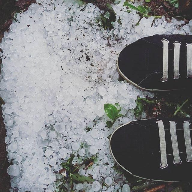 16.set.2015 - Granizo encheu gramados em Bagé (RS), como registrado por alguns internautas