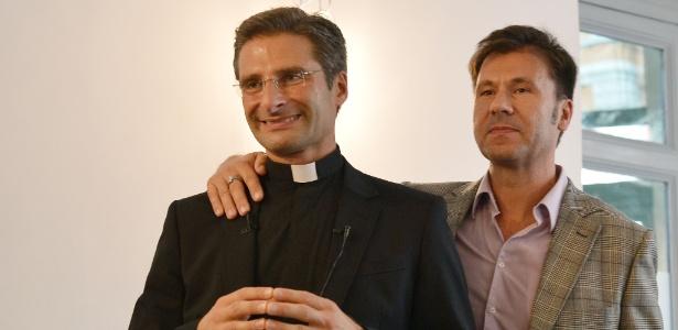 3.out.15 - O padre Krzystof Charamsa e seu parceiro, Edouard