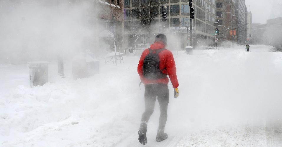 23.jan.2016 - Homem caminha pela 18th street (rua 18), em Washington, em meio à nevasca que atinge a costa leste dos Estados Unidos. As tempestades de neve e os ventos fortes já provocaram ao menos dez mortes em acidentes de trânsito desde a última sexta-feira (22)