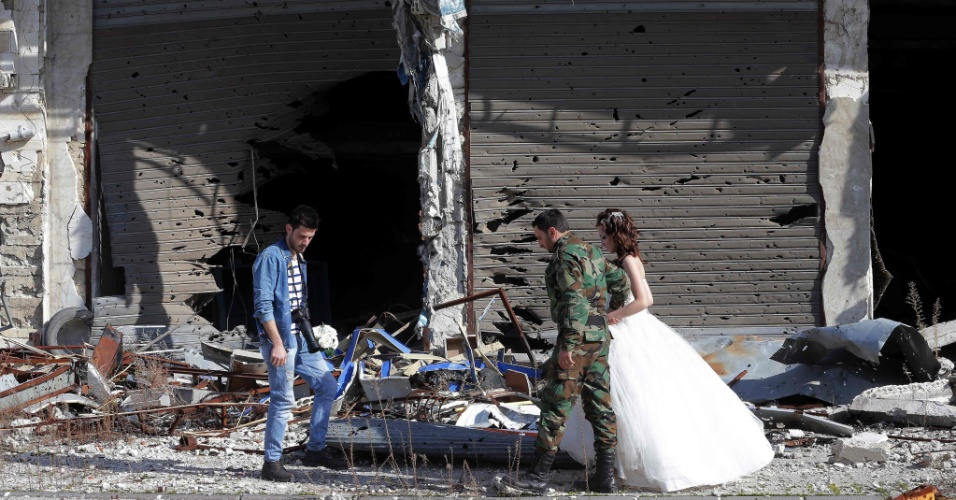 6.fev.2016 - Nada Merhi, 18, e Hassan Youssef, 27, se casaram em Homs, na Síria, uma cidade que vive em ruínas nestes cinco anos de guerra no país. O fotógrafo Jafar Meray, que acompanha os recém-casados, diz que as imagens trazem esperança em meio a destruição
