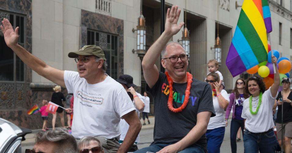 27.jun.2015 - Jim Obergefell acena durante Parada Gay em Cincinnati, em Ohio (EUA), neste sábado. Ele é o ativista cuja ação para validar o casamento entre pessoas do mesmo sexo em Ohio chegou à Suprema Corte e levou à histórica decisão que legaliza a união gay em todo o território americano