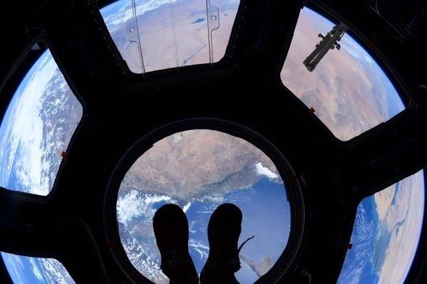 """7.jul.2015 - O astronauta Scott Kelly publicou uma imagem da Estação Espacial Internacional chamando-a de """"janela para o mundo"""""""