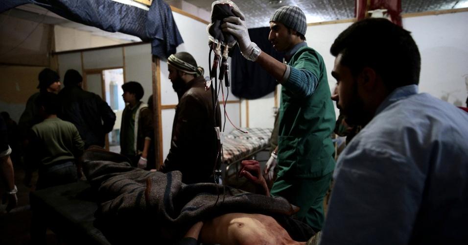 A cidade síria de Douma, nos arredores de Damasco, vive diariamente os enfrentamentos entre os rebeldes que controlam a região e o Exército do presidente Bashar al-Assad. Os feridos são levados para bases e abrigos transformados provisóriamente em hospitais onde médicos e voluntários trabalham em condições precárias