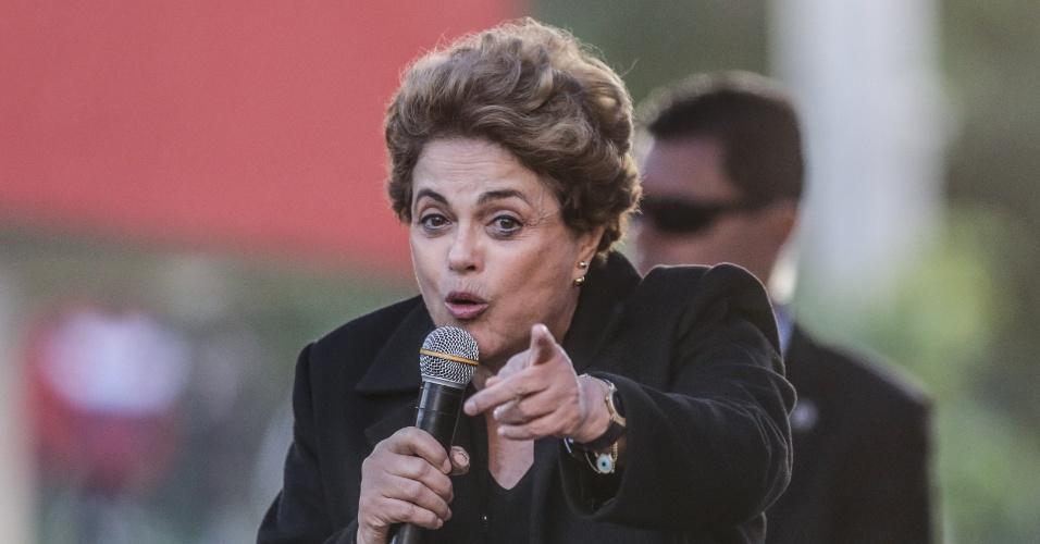 8.jul.2016 - A presidente afastada, Dilma Rousseff, visita o Conjunto Habitacional João Cândido, no Jardim Salete, em Taboão da Serra (SP). O objetivo da visita é fazer um ato em defesa do Programa Minha Casa, Minha Vida