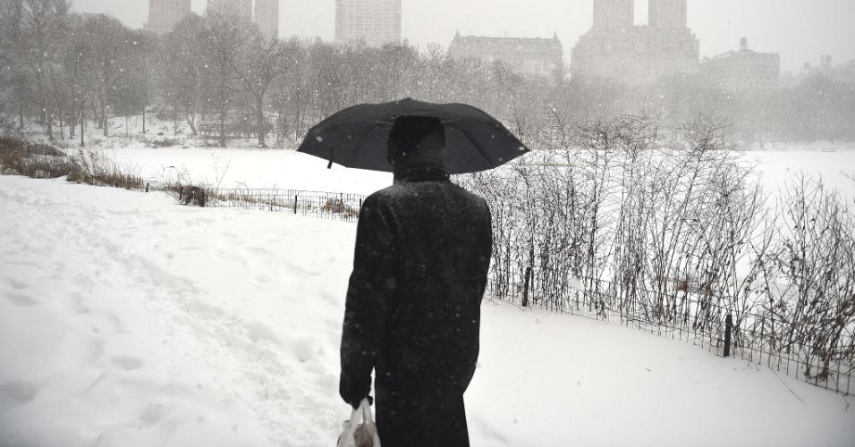 23.jan.2016 - Homem caminha sobre neve no Central Park, em Manhattan, Nova York, durante nevasca que atingiu a cidade e grande parte da Costa Leste dos Estados Unidos