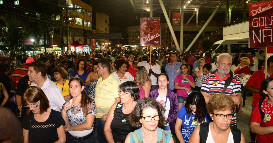 13.abr.2016 - Manifestantes ligados à Frente Brasil Popular realizam ato em defesa da presidente Dilma Rousseff, na praça Antônio Menck, em Osasco, na Grande São Paulo. Entre as organizações que fazem parte da frente, estão a CUT, UNE, MST e outros movimentos próximos ao governo
