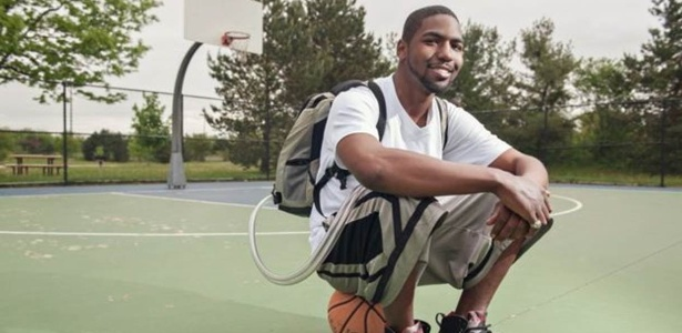 Stan Larkin na quadra de basquete, com o coração artificial e o Freedom Driver em uma mochila
