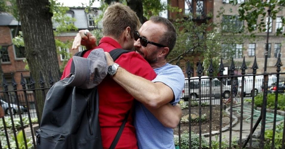 26.jun.2015 - Amigos comemoram após a Suprema Corte dos Estados Unidos decidir que a Constituição do país garante aos casais homossexuais o direito de se casarem, no bairro de Greenwich Village, em Nova York