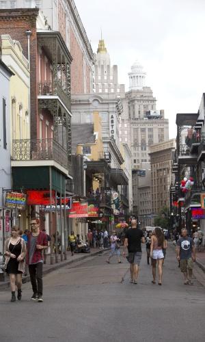 Turistas caminham em Nova Orleans
