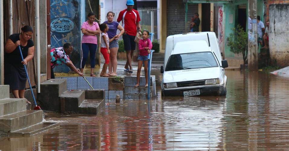 2.nov.2015 - Moradores ficam ilhados na rua Cuiabá, no bairro Rochdalle, em Osasco, por conta de alagamento provocado pela forte chuva que caiu em São Paulo na última madrugada. O temporal também derrubou árvores e prejudicou serviços como fornecimento de energia elétrica