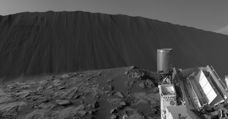 5.jan.2015 - Foto feita em solo marciano pelo robo Curiosity da duna Namib, de cerca de quatro metros de altura. O robô está realizando estudos das dunas de Marte, que influenciadas pelos ventos do planeta, se movem cerca de um metro por ano terrestre. A foto foi tirada em 17 de dezembro e divulgada pela Nasa nesta segunda (4)