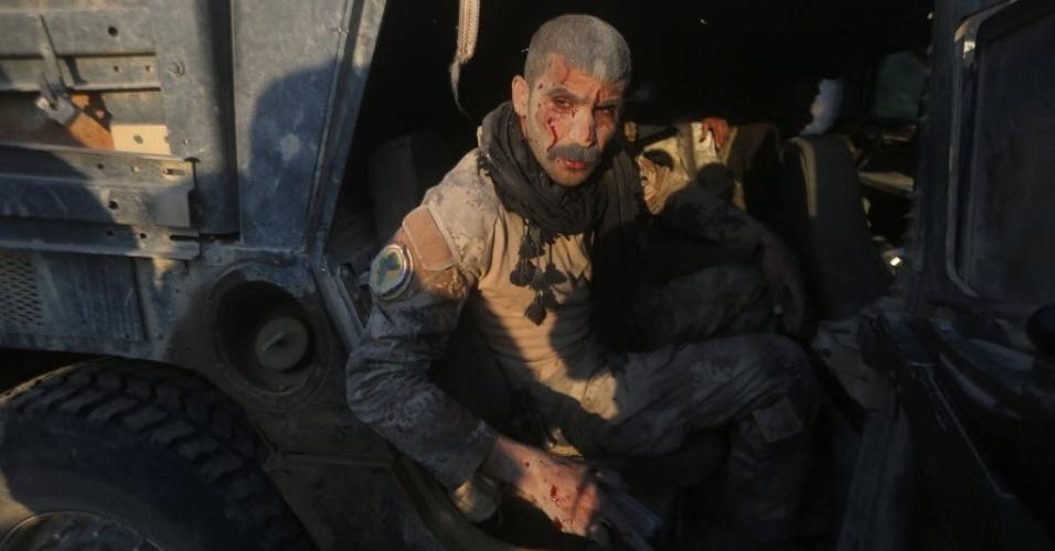 4.fev.2016 - Membro do serviço de contra-terrorismo do Iraque senta-se em um veículo militar depois de ser ferido no combate contra jihadistas do grupo Estado Islâmico na área de al-Samariyah, a capital da província de Anbar. As forças iraquianas declararam vitória em dezembro na batalha na cidade de Ramadi depois de conseguir de volta o controle da região então dominada pelos terroristas