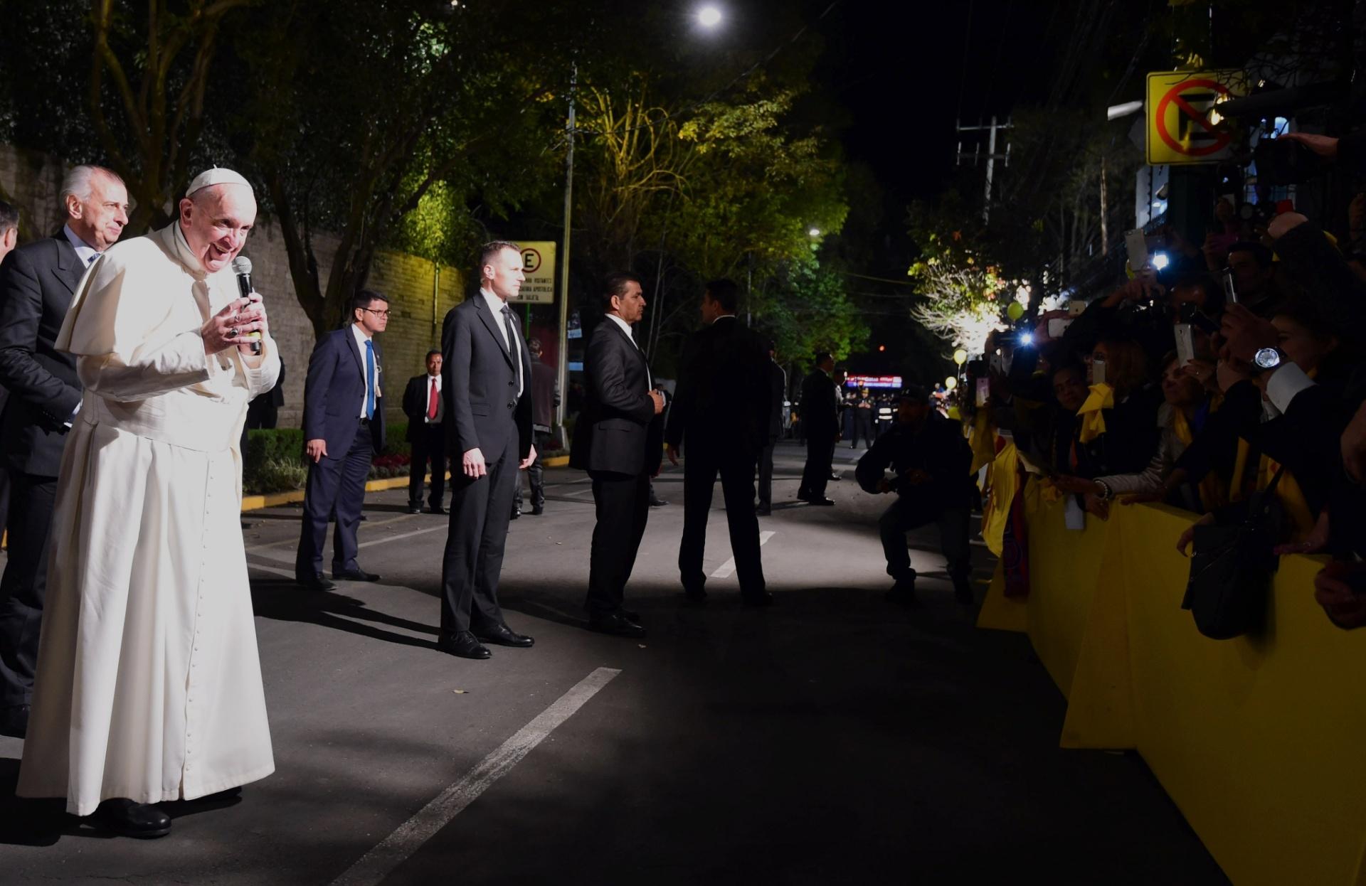 12.fev.2016 - Papa Francisco reza em frente a fieis em sua chegada à Cidade do México. Fiéis católicos foram às ruas da capital para cumprimentar o papa após o pontífice realizar uma reunião histórica com o chefe da Igreja Ortodoxa Russa em Cuba, na sexta-feira (12)