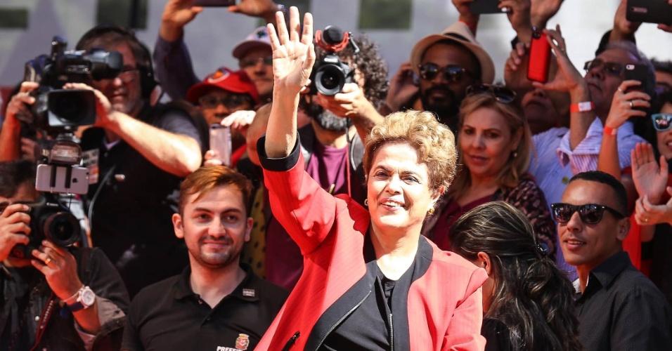 1º.mai.2016 - A presidente da República, Dilma Rousseff (PT), parece no palco da festa do Dia do Trabalho realiza pela CUT (Central Única dos Trabalhadores) no Vale do Anhangabaú, região central de São Paulo. Parlamentares da base governista e ministros do governo também participam, como Orlando Silva (PCdoB-SP), Valmir Prascidelli (PT-SP), Arlindo Chinaglia (PT-SP) e o ministro do Trabalho, Emprego e Previdência, Miguel Rossetto