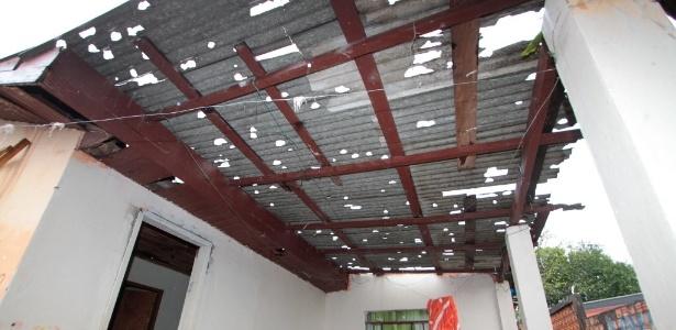 8.set.2015 - Tempestade de granizo atingiu telhados de casas em Foz do Iguaçu (PR)