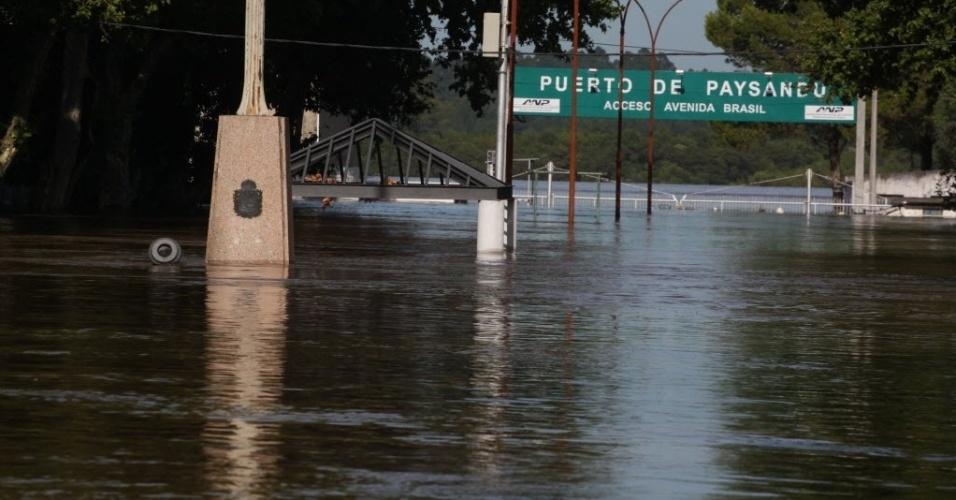 27.dez.2015 - Região portuária fica submersa durante inundações em Paysandú (380 km a noroeste de Montevidéu), no Uruguai. As inundações generalizadas obrigaram mais de 100 mil pessoas a deixarem suas casas na região fronteiriça entre Paraguai, Argentina, Uruguai e Brasil, após dias de chuvas torrenciais causadas pelo fenômeno El Niño