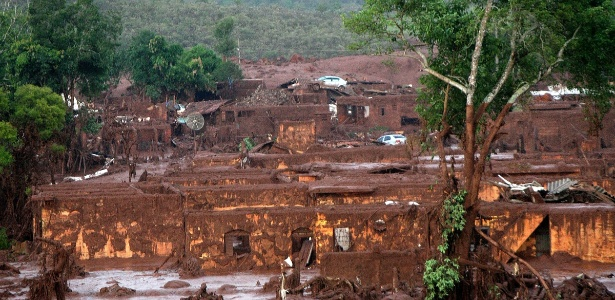 Bento Rodrigues foi tomado pela lama que saiu das barragens e ficou devastado
