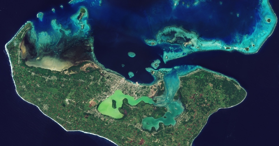 22.jul.2016 - A ilha de Tongatapu e pequenas ilhas vizinhas, todas do reino de Tonga no sul do oceano Pacífico, foram registradas pelo satélite Sentinel-2A, da ESA (Agência Espacial Europeia). A população de Tonga está espalhada por 36 de suas 169 ilhas, mas 70% vive em Tongatapu. Na parte de cima da imagem é possível identificar muitos corais. Cientistas estão usando o Sentinel-2A para monitorar os recifes e analisar o branqueamento dos corais, uma consequência das temperaturas mais altas na água devido ao aquecimento global