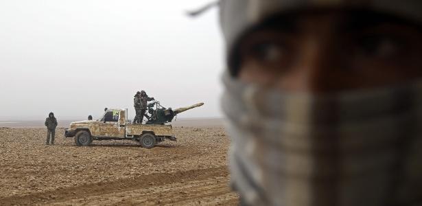 Combatentes das Forças Democráticas Sírias (FDS) montam guarda em Khirbet al-Jahshe, a oeste de Raqa, na Síria