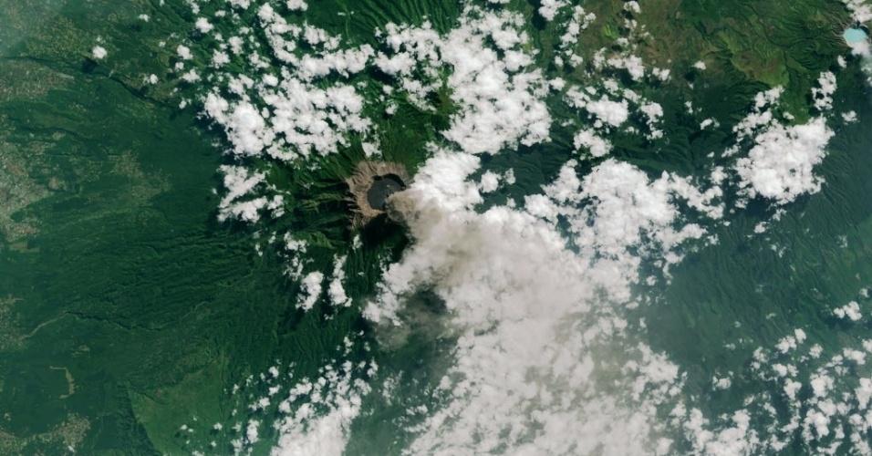 15.jul.2015 - Satélite flagra cinzas e gases saindo do vulcão Monte Raung, na ilha indonésia de Java. Pelo menos 900 voos foram cancelados em Bali, e outros aeroportos regionais foram fechados devido às nuvens de cinzas, que chegaram a 6 km de altura