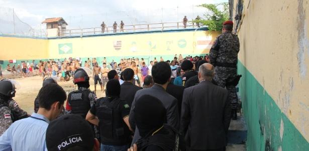 Policiais observam presos detidos na cadeia Vidal Pessoa, em Manaus