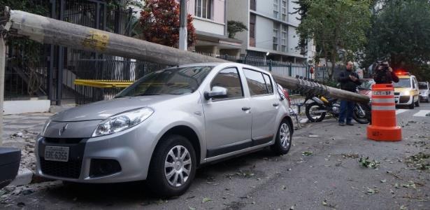 Poste atinge carro na rua Barão de Limeira, em São Paulo, nesta segunda-feira (6)