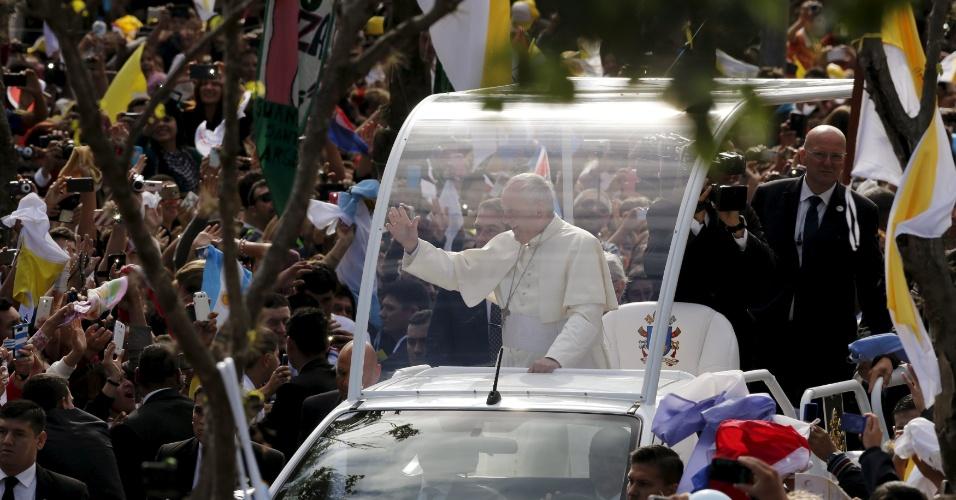 11.jul.2015 - O papa Francisco acena a fiéis na chegada à basílica de Caacupé, no Paraguai, para celebrar uma missa neste sábado (11). Caacupé é considerada a capital espiritual do país