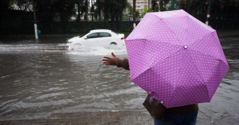 8.set.2015 - Rua Palestra Itália fica alagada após chuva forte atingir São Paulo