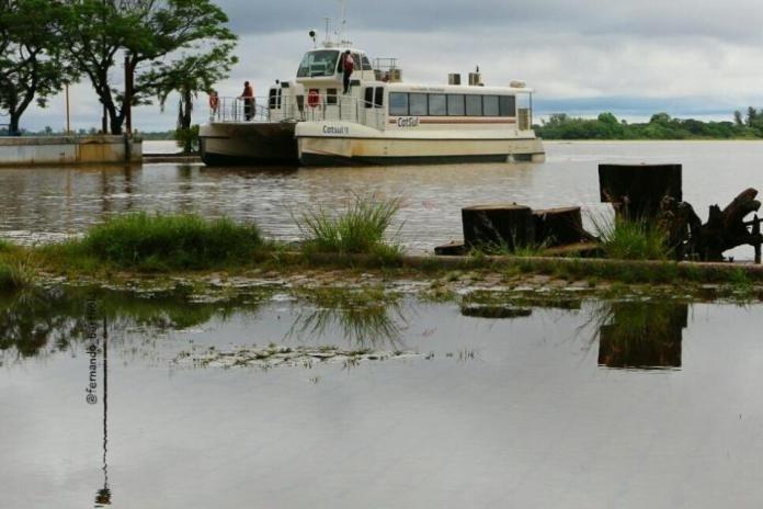 12.out.2015 - Catamarã parado em Guaíba (RS) devido à cheia do rio; 21 mil pessoas já foram afetadas pelas enchentes do início de outubro