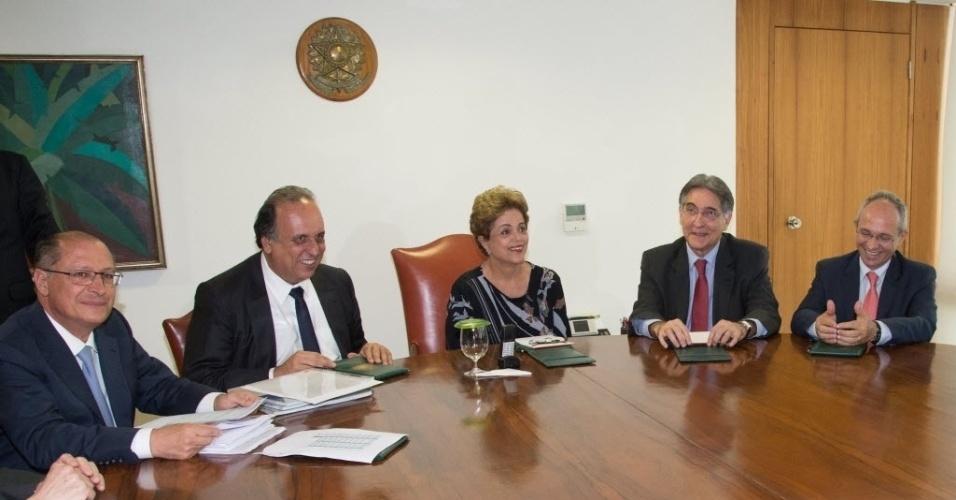14.julho.2015 - A presidente Dilma Rousseff realiza reunião com os governadores da região Sudeste no Palácio do Planalto, em Brasília (DF). Da esquerda para a direita, Geraldo Alckmin (PSDB-SP), Luis Fernando Pezao (PMDB-RJ), a presidente Dilma, Fernando Pimentel (PT-MG) e Paulo Hartung (PMDB-ES)