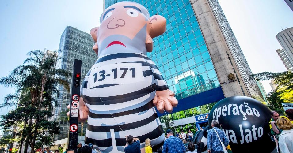 30.ago.2015 - Integrantes do Movimento Brasil Melhor, que protestam contra o governo federal, inflam boneco do ex-presidente Luiz Inácio Lula da Silva em frente ao prédio do Tribunal de Contas da União (TCU), na avenida Paulista, em São Paulo. Apelidado de