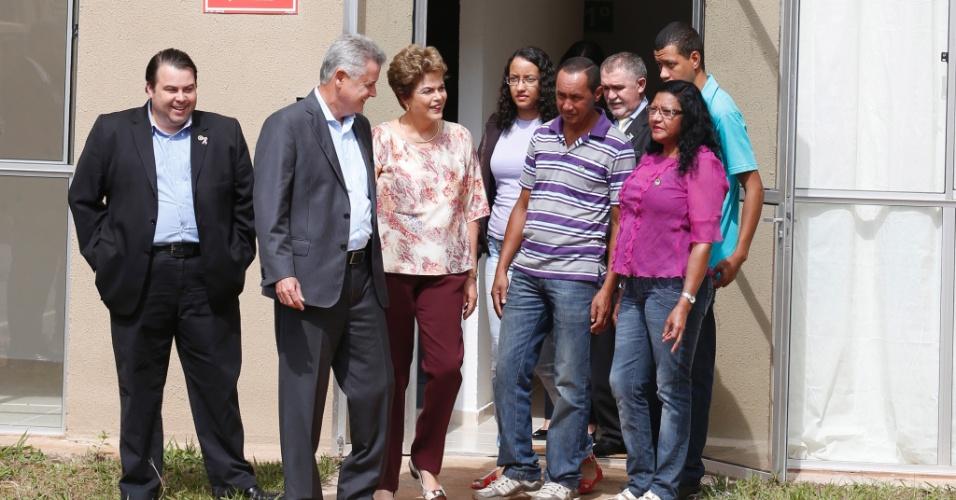 29.out.2015 - Dilma Rousseff ao lado do governador do Distrito Federal, Rodrigo Rollemberg (de cinza), durante cerimônia de entrega de casas do Minha Casa Minha Vida no Paranoá, cidade próxima a Brasília. Momentos antes da cerimonia ela visitou um dos apartamentos