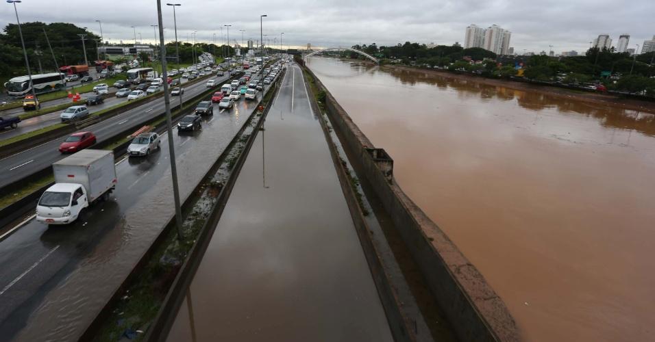 11.mar.2016 - Nível do rio Tietê subiu e marginal ficou com trechos alagados após fortes chuvas em São Paulo (SP). Na imagem, trecho na altura da ponte da Casa Verde