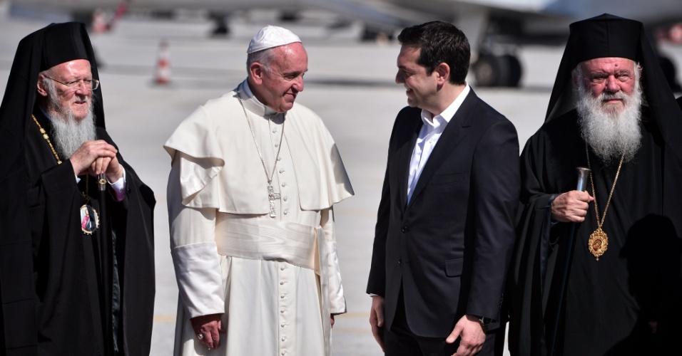 Na chegada à Ilha de Lesbos, o Papa Francisco se encontra com o primeiro-ministro da Grécia Alexis Tsipras (ao centro). À esquerda, o patriarca da Igreja Ortodoxa, Bartolomeu I, e, à direita, o arcebispo de Atenas, Jerônimo II