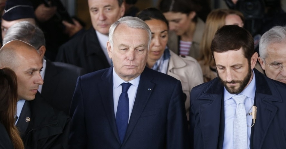 19.mai.2016 - O ministro das Relações Exteriores da França, Jean-Marc Ayrault (centro), confirmou que havia 15 pessoas de nacionalidade francesa no avião da EgyptAir que desapareceu durante a madrugada quando realizava o trajeto entre Paris e a cidade do Cairo
