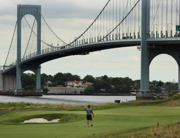 Golfista treina no campo de golfe Trump Ferry Point, próximo à Whitestone Bridge