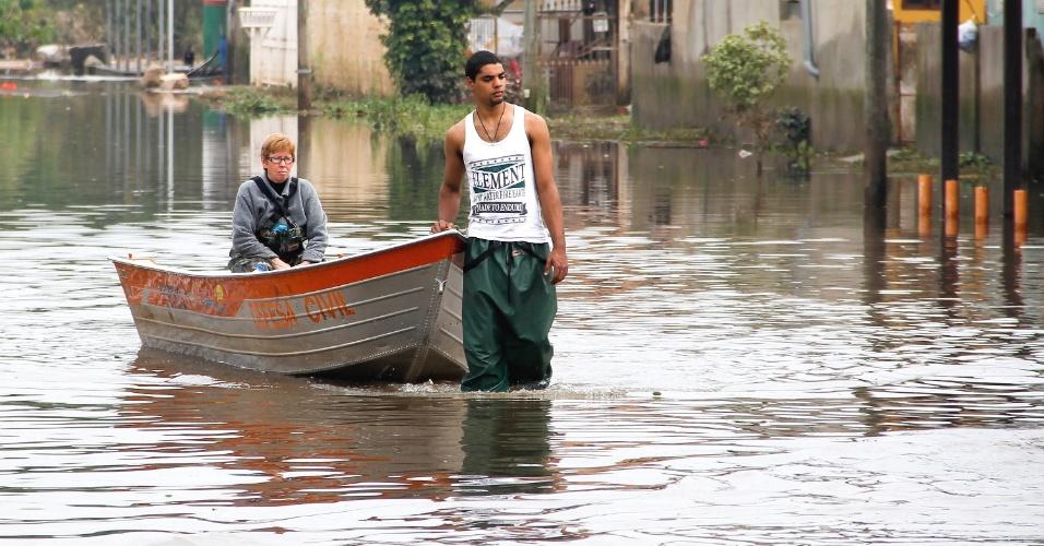 29.jul.2015 - As águas da enchente começam a baixar em Alvorada, município da região metropolitana de Porto Alegre (RS), na manhã desta quarta-feira (29), e os moradores puderam dar início aos trabalhos de limpeza após os prejuízos causados pelas chuvas nos últimos dias